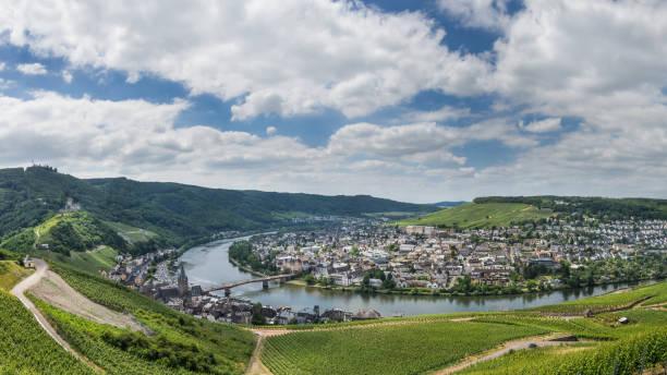 panorama över bernkastel kues i tyskland - bernkastel kues höst bildbanksfoton och bilder