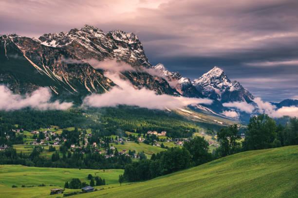 Panorama des Boite-Tal mit Monte Antelao, dem höchsten Berg in den östlichen Dolomiten im Nordosten Italiens, südöstlich von der Stadt Cortina d ' Ampezzo, in der Region Cadore, Italien. – Foto