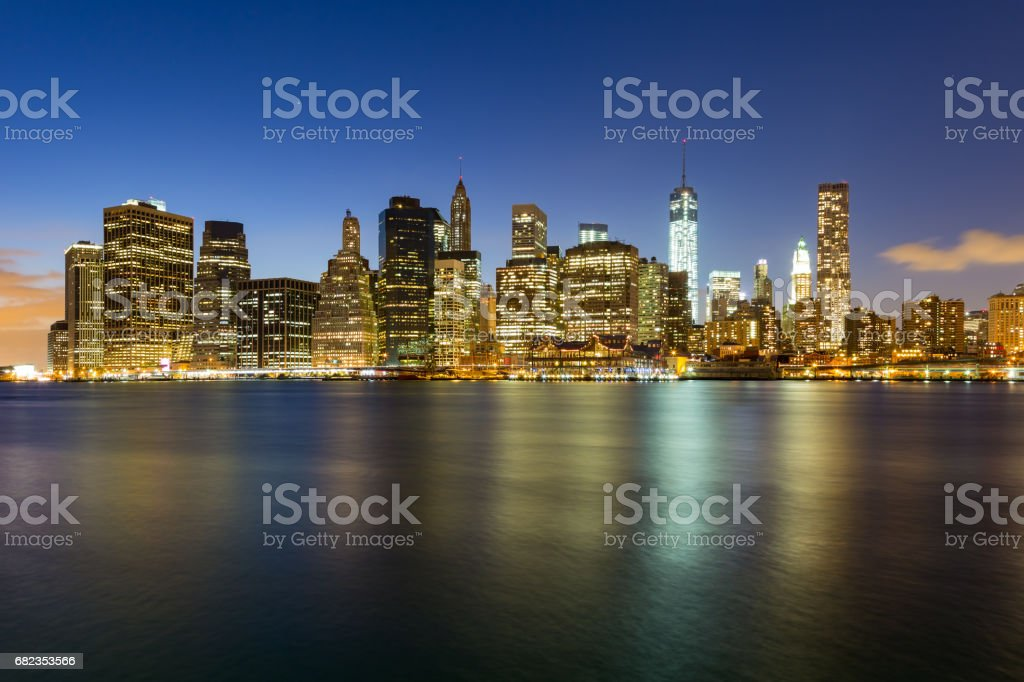 Panorama of Brooklyn Bridge and Lower Manhattan by night royalty free stockfoto