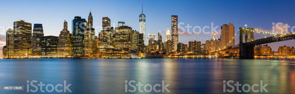 Panorama der Brooklyn Bridge und Manhattan bei Nacht Lizenzfreies stock-foto