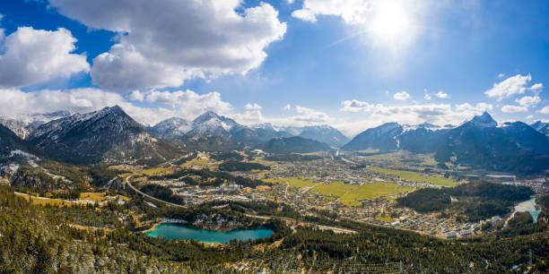 Panorama des kreisrunden tiefen Talbeckens von Reutte und Breitenwang mit Urisee am sonnigen Frühlingstag – Foto