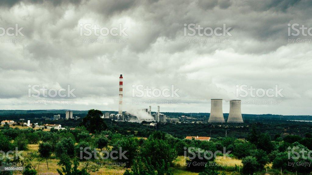 Panorama van de koeltorens van kerncentrales in Portugal - power generatie concept foto