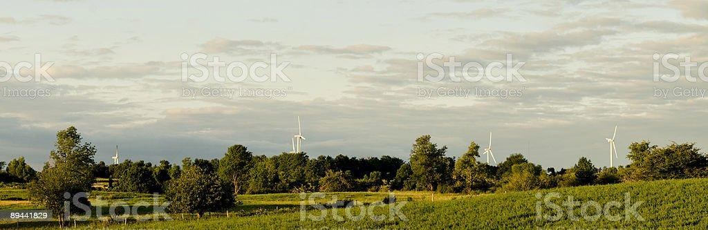Panorama di campagna con vento turbine in lontananza foto stock royalty-free