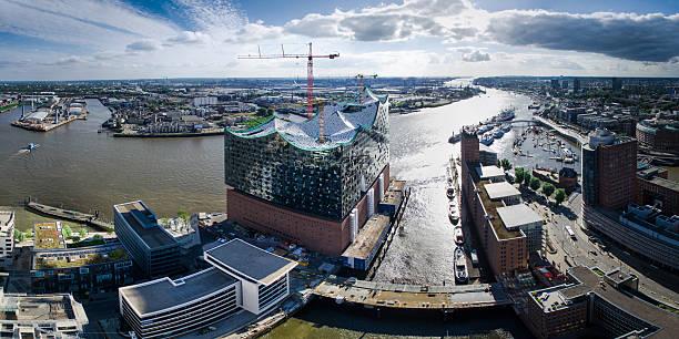 panorama von elbphilharmonie in hamburg, deutschland - reifen hamburg stock-fotos und bilder