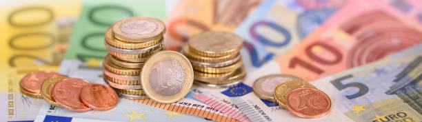 Panorama von Euro-Banknoten und Münzen der europäischen Währung – Foto
