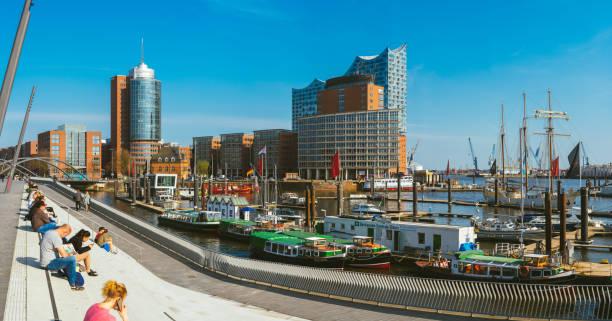 panorama der hafencity - blauen himmel heller himmel, geschäft handel mit gebäuden und hafen mit schiffen und jachten. touristen tan und schick schönwetter, hamburg, deutschland - reifen hamburg stock-fotos und bilder