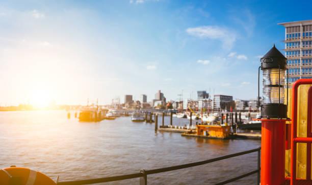 panorama der hafencity - rotes licht laterne vor. blauer himmel hell himmel mit sonne abendlicht. port-piers mit schiffen und jachten vor anker. hamburg, deutschland - reifen hamburg stock-fotos und bilder