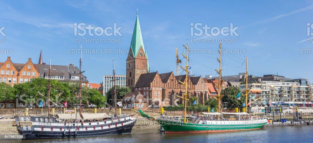 Panorama der historischen Schiffen und Kirche in Bremen, Deutschland – Foto