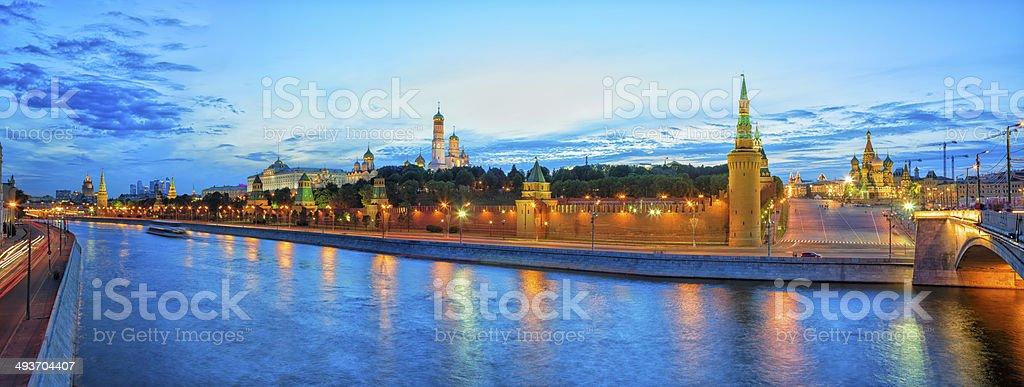 Panoramablick auf dem Kreml in Moskau in der Dämmerung – Foto