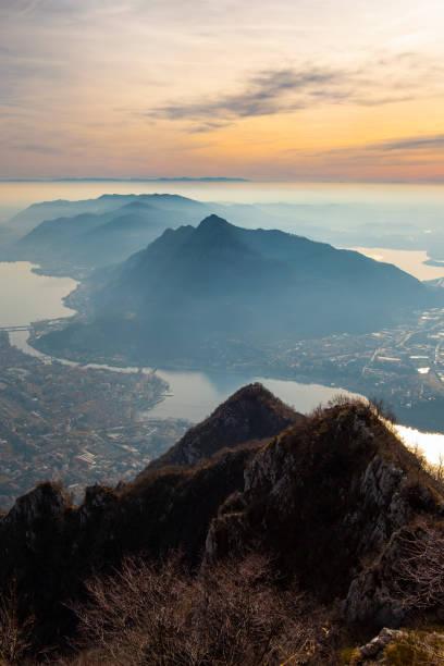 panorama van de stad lecco en comomeer - lecco lombardije stockfoto's en -beelden