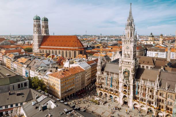 Panorama des Marienplatzes mit Neuem Rathaus und Frauenkirche. – Foto