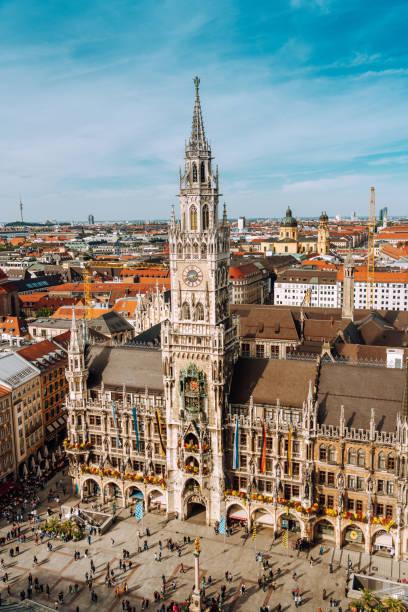 panorama of marienplatz square with new town hall - marienplatz foto e immagini stock