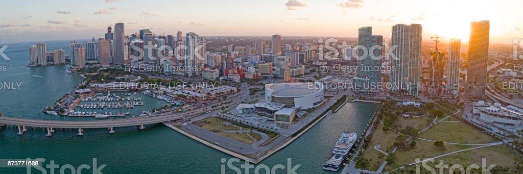 Panorama de Miami Downtown au coucher du soleil. Stade, gratte-ciels, financiers immeubles, Hôtels, pont, parc du Musée sur la baie photo libre de droits
