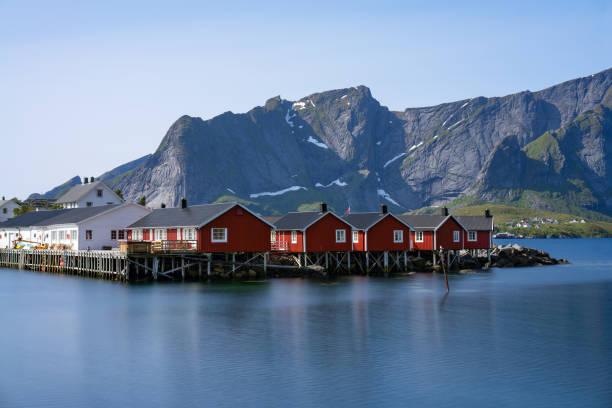 panorama des monte olstind über die rote fischerhäusern genannt fischerorten in stadt von hamnoy auf den lofoten inseln, norwegen - wasserfledermaus stock-fotos und bilder
