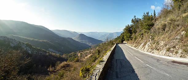 panorama der Berge am Col de Castillon mit kleinen road – Foto