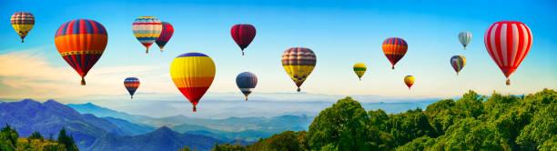 panorama de montagne avec des ballons à air chaud le matin en thaïlande. - montgolfière photos et images de collection