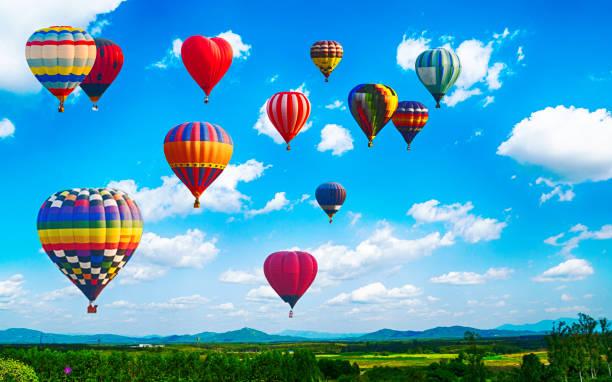 panorama över berget med varmluftsballonger på morgonen på thailand. - maj bildbanksfoton och bilder
