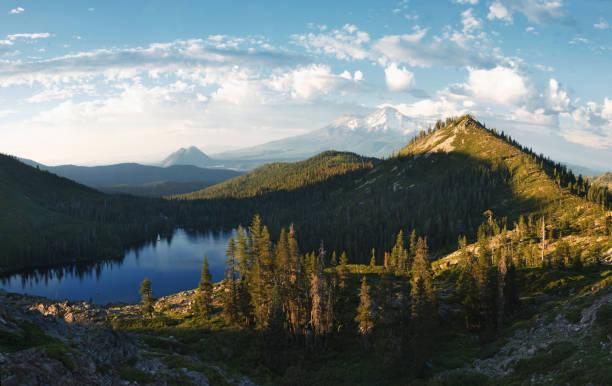 panorama of mt. shasta from heart lake - góry kaskadowe zdjęcia i obrazy z banku zdjęć