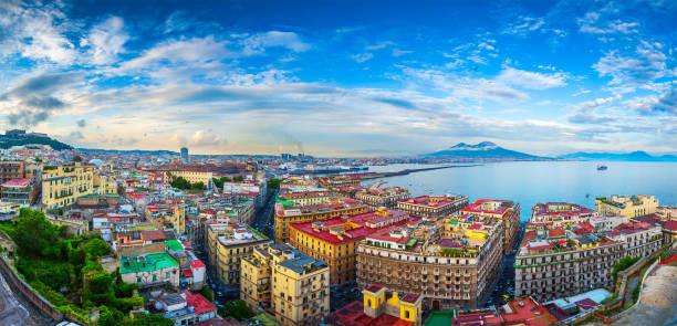 panorama von neapel, blick auf den hafen in den golf von neapel und den vesuv. die provinz kampanien. italien. - neapel stock-fotos und bilder