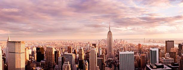 panorama do horizonte da cidade de nova york ao pôr do sol - grande angular - fotografias e filmes do acervo