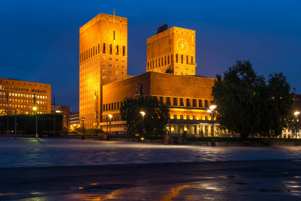 panorama of oslo city hall in the evening, oslo, norway - oslo city hall stockfoto's en -beelden