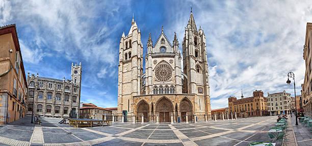 Vista panorámica de la Plaza de Regla y león Cathedral, España - foto de stock