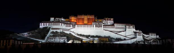 Panorámica del monasterio de Potala en Lhasa por la noche, región autónoma Tíbet, China - foto de stock