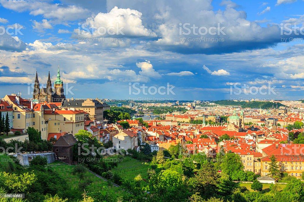 Panorama de Praga, a catedral St. Vitus e o Castelo foto royalty-free