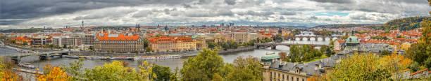 prag, tschechische republik - 10. oktober 2017: panorama von prag zentrum in gewitter, tschechische republik - ein topf wunder stock-fotos und bilder