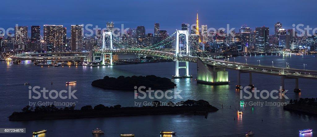 Panorama der Rainbow Bridge bei Nacht, Tokio, Japan – Foto