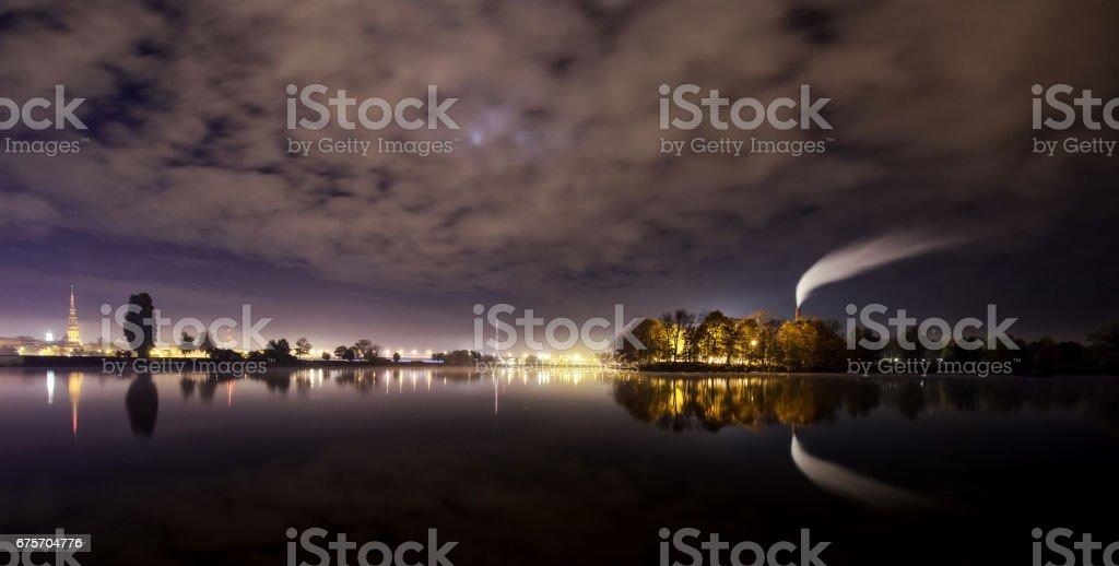 全景圖的里加上一個寒冷的冬夜。 免版稅 stock photo