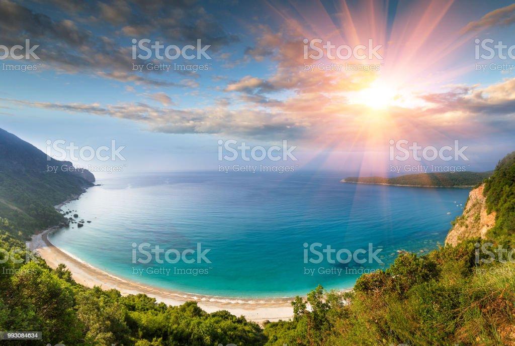 Panorama der felsigen Küste Meer - Jaz Strand bei Sonnenschein. – Foto