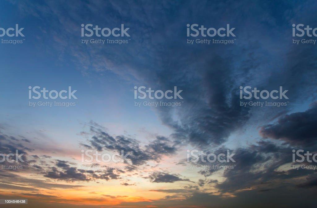 5a76b224b7 Panorama du ciel au lever ou coucher du soleil. Belle vue sur les nuages  bleus