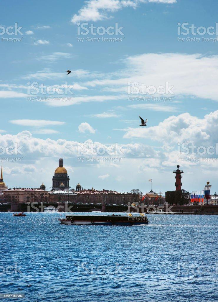 Panorama van Sint-Petersburg, Rusland, met Palace brug over de rivier de Neva, gouden koepel van de Sint-Isaac kathedraal, de Admiraliteit gebouw en de rostraal kolom - Royalty-free Architectuur Stockfoto