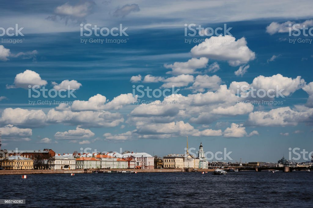 Panorama of St Petersburg, Russia, with Palace bridge over Neva river, golden dome of St Isaac cathedral, Admiralty building and Rostral Column - Royalty-free Anoitecer Foto de stock