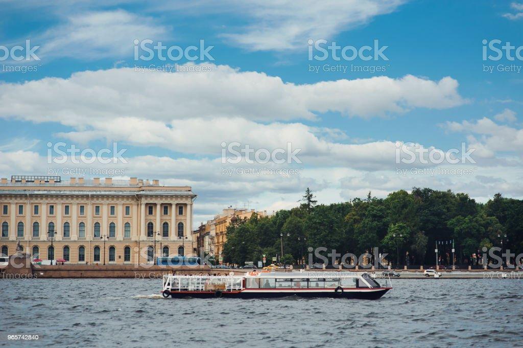 Panorama van Sint-Petersburg, Rusland, met Palace brug over de rivier de Neva, gouden koepel van de Sint-Isaac kathedraal, de Admiraliteit gebouw en de rostraal kolom - Royalty-free Architectonische zuil Stockfoto
