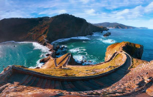Panorama de las escaleras en Gaztelugatxe en la costa del país Vasco - foto de stock
