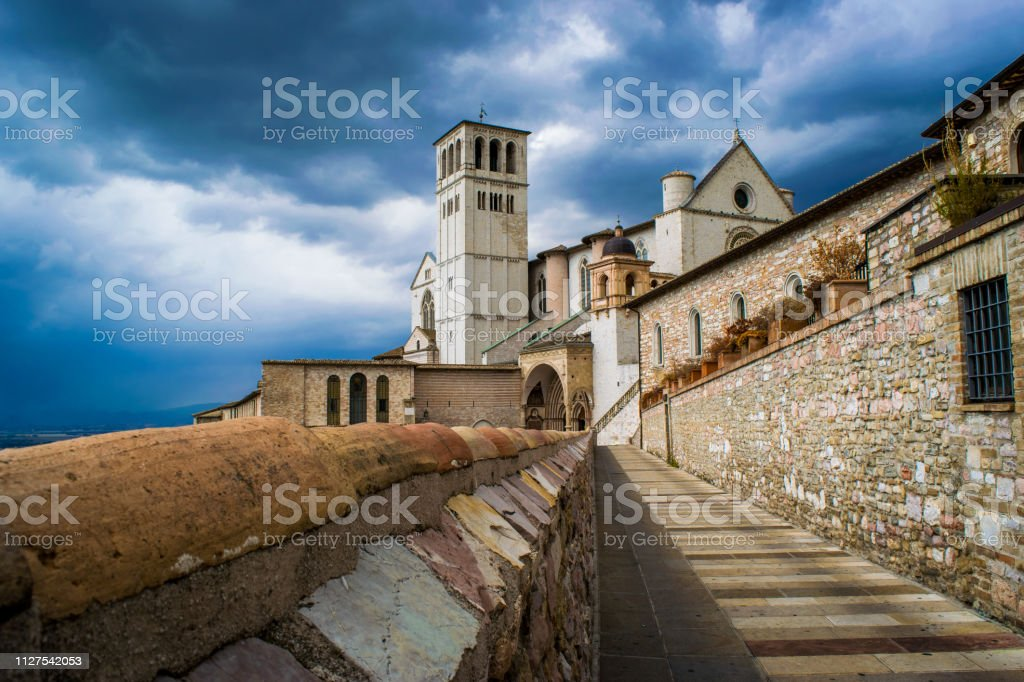Panorama of the ancient medieval city of Assisi with the Basilica of San Francesco d'Assisi and the bell tower on a rainy day - foto stock