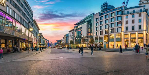 panorama des stadtzentrums in pforzheim bei sonnenuntergang - fußgängerzone stock-fotos und bilder