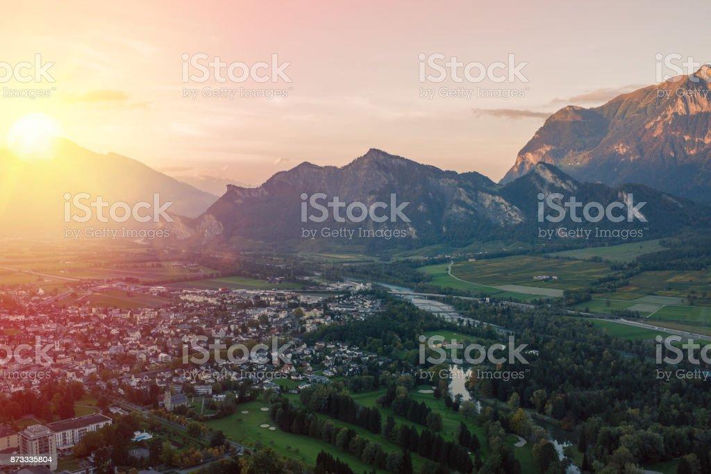 Panorama der Stadt von Bad Ragaz vor dem Hintergrund der Schweizer Alpen bei Sonnenuntergang. Bad Ragaz Schweiz – Foto