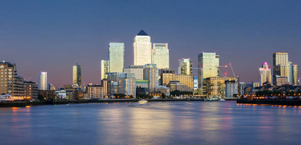 panorama des finanzviertels canary wharf in london - canary wharf stock-fotos und bilder