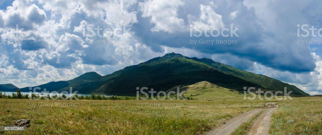 Panorama Mountain Kökschetau in der Steppe zwischen den Steinen und Gras der Steppe in Kasachstan – Foto
