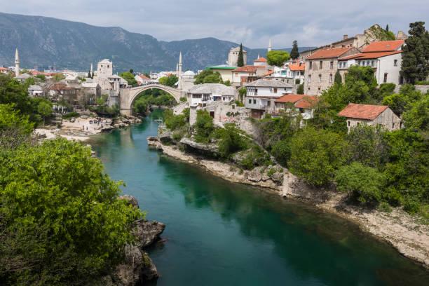 panorama del puente viejo de mostar en un día hermoso de verano, bosnia y herzegovina - antigua yugoslavia fotografías e imágenes de stock