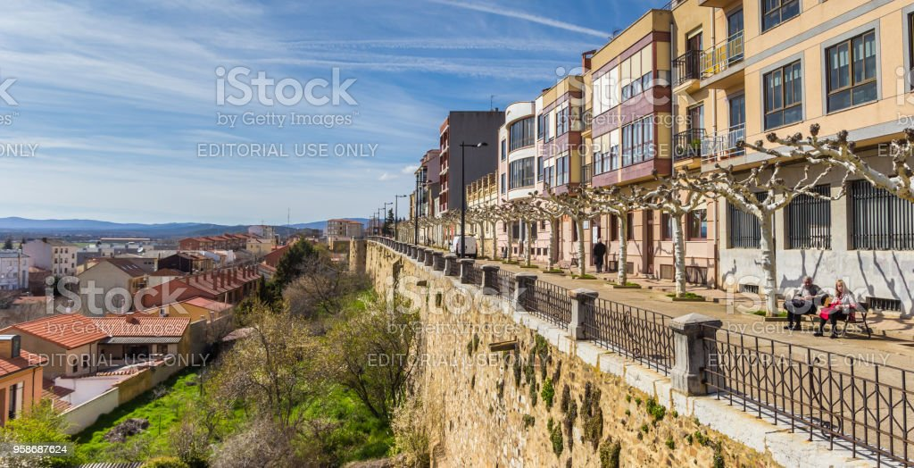 Panorama de la antigua muralla de la ciudad de Astorga, España - foto de stock
