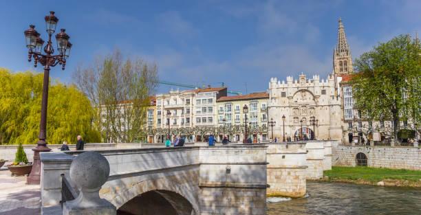 panorama del puente de santa maría en burgos, españa - burgos fotografías e imágenes de stock