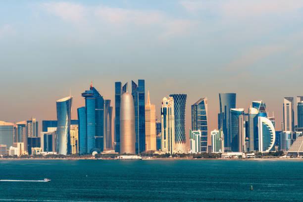 panorama de l'horizon doha-capitale du qatar le matin - qatar photos et images de collection