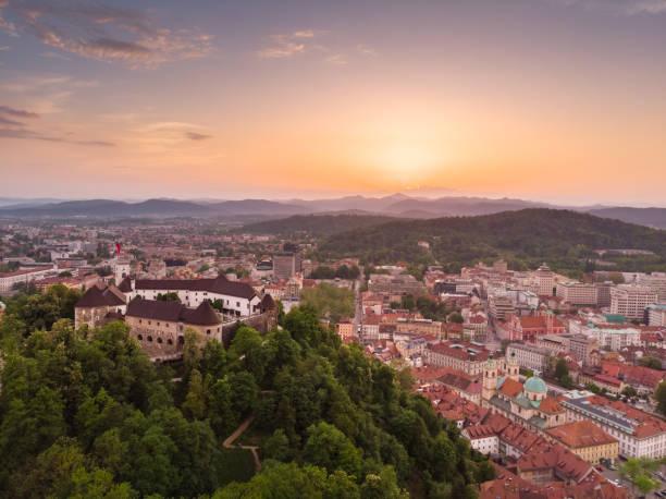 Panorama der slowenischen Hauptstadt Ljubljana bei Sonnenuntergang. – Foto