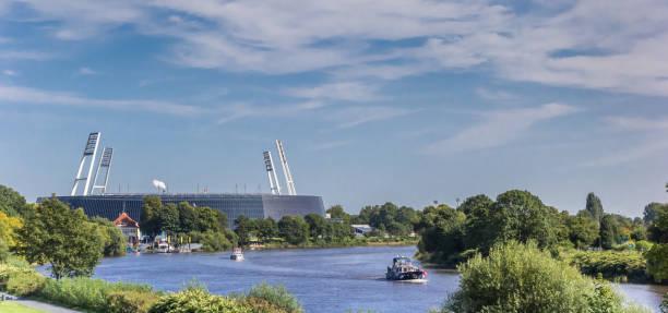 Panorama del estadio a orillas del río Weser en Bremen, Alemania - foto de stock