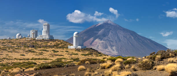 panorama des teide observatorium vor vulkan teide (teneriffa, kanarische inseln) - hohe warte stock-fotos und bilder