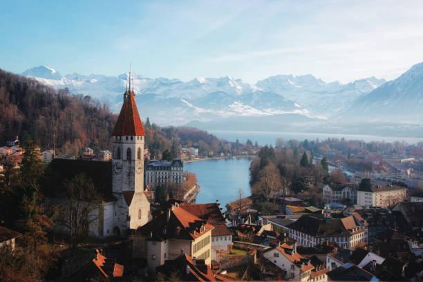 panorama von thun kirche und stadt mit alpen thunersee - thun switzerland stock-fotos und bilder